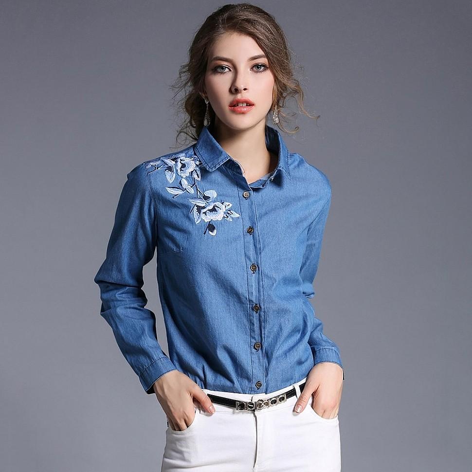 Одиночные вышитые цветы на джинсовой рубашке
